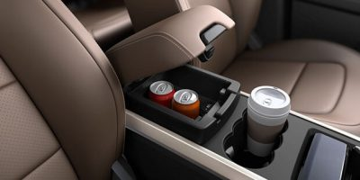 Front_Armrest_with_Cooled_Storage-feature
